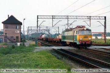 ET22-581 przejeżdża przez dworzec osobowy w Zbąszynku w dniu 11.06.1994.