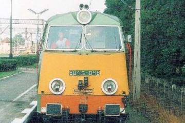 SU45-048 dojeżdża do pociągu w kierunku Leszna w dniu 23.08.1994.