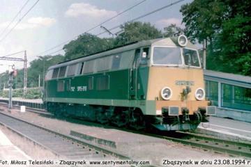 SU45-048 objeżdża do pociągu w kierunku Leszna w dniu 23.08.1994.