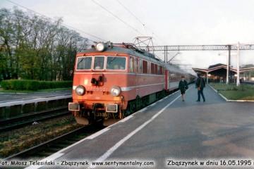 """EP08-001 z """"Lubuszaninem"""" Zielona Góra - Warszawa wjeżdża na peron trzeci w Zbąszynku 16.05.1995."""