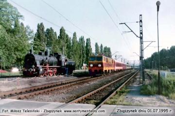 """EP09-023 z ekspresem Berlin - Warszawa  """"Berolina"""", zbliża się do peronów w dniu 01.07.1995"""