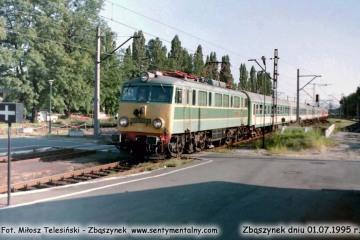EU07-189 z osobowym Rzepin - Poznań wjeżdża w perony w dniu  01.07.1995.