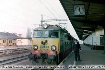 EU07-349 z osobowym Poznań - Zielona Góra odjeżdża ze Zbąszynka 09.11.1997.