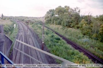 Widok na tory Rzepin - Zbąszynek z pociągu Czerwieńsk - Zbąszynek - Poznań w dniu 27.07.2000.