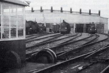 1930 - 40. Lokomotywownia od strony obrotnicy, obrotnica na starym miejscu, przed przesunięciem przez Niemców za most.