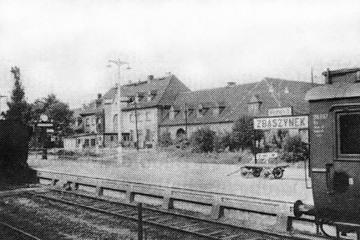 Peron pierwszy od strony drugiego w latach 50 tych.  Zegar oraz tablica z napisem stacji (przemalowana po wojnie na Zbąszynek) nie zmienione.