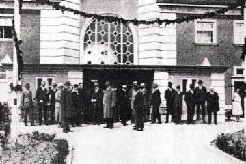 1930. Otwarcie dworca osobowego, przejście piesze na perony kładką, tunele oddano do użytku w 1944 roku.