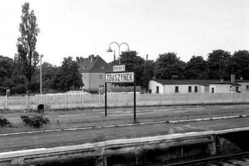 Końcówka peronu drugiego w latach 60 tych. W oddali po prawej po niemiecki barak, zastąpiony przez jednopiętrowy budynek P.K.P..