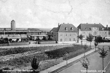 Widok dworca od strony miasta około 1930 roku. Prawe skrzydło dworca bez łącznika, zakończone niskim segmentem obiektu. Wysoki komin przyporządkowany do pierwszych lat istnienia dworca.