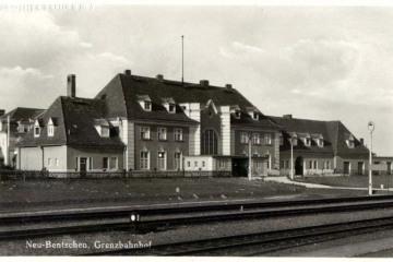 Widok dworca osobowego z 1931 roku od strony torów. Przejście naziemne zastąpiono tunelami dopiero za 13 lat.