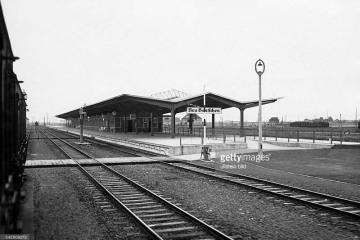 Peron drugi - celny w 1930 roku. Przejście przez tory kładką naziemną, prowadzące tylko do peronu drugiego. Peronu trzeciego jeszcze nie ma, widoczny tylko zrównany grunt pod jego budowę.