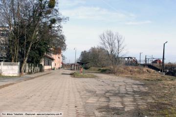 """04.03.2017 Ulica Kolejowa """"stara"""" część, istniejąca już przed 1945 rokiem (przedłużona w latach 60 tych była od przejścia pod nasypem, na dworzec towarowy, do wybudowanego przejazdu i ul. P.C.K.). Po prawej stronie pozostałość po stacji benzynowej dla samochodów P.K.P."""