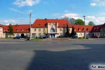 Plac przed dworcem po usunięciu drzew przed remontem ronda. 26.04.2015