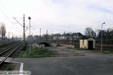 Peron drugi. Widok na końcówkę toku, który  został skrócony przed 1944 rokiem, gdy budowano tunele. Był zakończony rozjazdem z drugiej strony - objazdowy. 30.11.2009