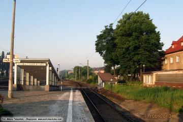 Pomarańczowa barierka zagradza dawny oddzielny wjazd bezpośrednio na peron pierwszy. 11.06.2010