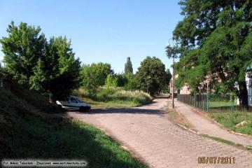 Ulica Kolejowa.W lewo na dworzec rozrządowy, do tunelika od przejazdu z rogatkami droga wybudowana w 2 połowie lat 60 tych. 05.07.2011