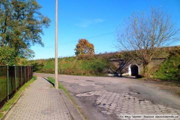 Ulica kolejowa i wejście na dworzec rozrządowy.