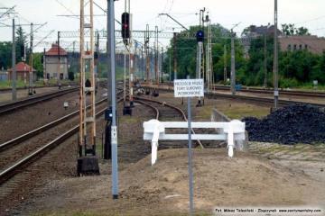 Zakończenie toru, który do 1944 roku biegł dalej w miejsce końca peronu drugiego, gdzie teraz jest tonel, i dołączał do rozjazdu w torze przy peronie. 11.07.2015