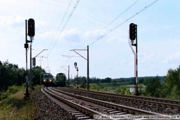 Pociąg osobowy z Frankfurtu do Poznania zbliża się do nastawni Dąbrówka w dniu 06.08.2002. Tego dnia w tym miejscu był ruch jedno torowy, po obsunięciu się nasypu.