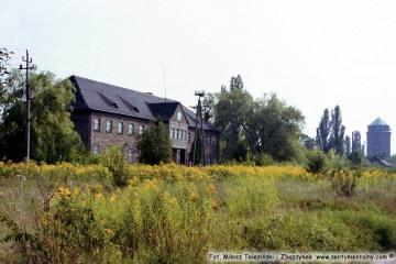 """Budynek na towarowym koło rozrządu """"Pod zegarem"""". 25.08.2002"""