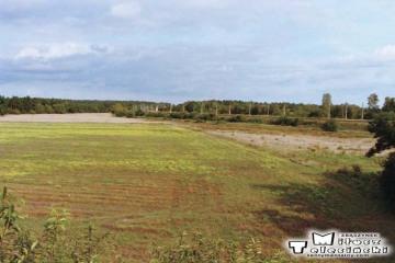 """Widok w stronę Zbąszynia, widoczna nastawnia """"CHLASTAWA"""" i teren na którym powstała oczyszczalnia. 19.09.2002"""