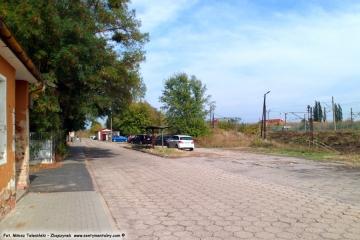 Ulica Kolejowa w stronę przejazdu. Widok na stację benzynową dla samochodów w ówczesnej samochodowni PKP w dniu 16.09.2015.