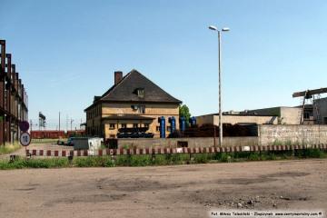 Widok na budynek biurowy lokomotywowni, po prawej zaczyna się wagonownia. 25.05.2009