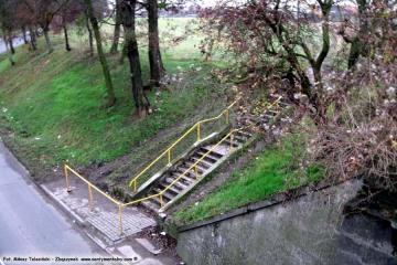 Na końcu wiaduktów Kosieczyńskich. w dniu 09.12.2009. Schody prowadzące na poziom torów, kiedyś (1923 - 30) wykorzystywane do wejścia na położony wyżej przy torach tymczasowy peron, zapewniający komunikację z kierunkiem do Babimostu - Guben.
