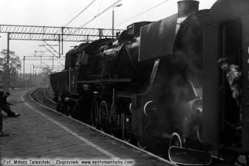 Ty42-1 z pociągiem specjalnym dDobrodzienia na stacji Fosofskie  w dniu  17.10.1987.