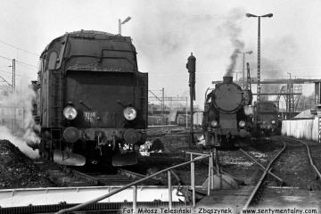 Od lewej Tkt48-129, Ty2-1122 oraz Tkt48-137 przy lokomotywowni Kępno w dniu 17.05.1987.