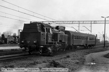 Tkt48-158 z pociągiem specjalnym Kępno - Bukowa Śląska - Syców - Kępno czeka na stacji Kępno w dniu 17.05.1987.