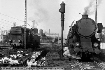 Tkt48-87 i Ty2-1122 przy lokomotywowni Kępno 17.05.1987