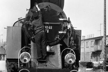 Tkt48-87 przy lokomotywowni Kępno w dniu 17.05.1987.