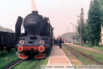 Pt47-13 Stalowa Wola - Rozwadów - Lublin, na stacji Leśniczówka 30.06.1988. Z okazji zakończenia pracy parowozów w Lubelskiej D.O.K.P., do pociągu planowego podczepiono parowóz. Otwarto również nową halę przy lokomotywowni.