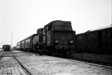 Tkt48-183 z osobowym na stacji Mroczeń, odjeżdża do Kępna w dniu 23.02.1990.