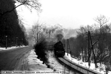 Muszyna w lutym 1986. Pociąg jedzie w kierunku Nowego Sącza wzdłuż ul. Lipowej, zaraz opuści Muszynę.