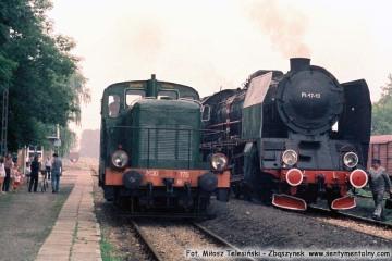 Pt47-13 Stalowa Wola - Rozwadów - Lublin, na stacji Niedrzwica w dniu 30.06.1988. Z okazji zakończenia pracy parowozów w Lubelskiej D.O.K.P., do pociągu planowego podczepiono parowóz. Otwarto również nową halę przy lokomotywowni. Po lewej SM30-175