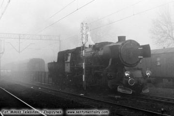 Ty2-339 dojeżdża do składu pociągu Specjalnego Ostrzeszów - Namysłaki w Ostrzeszowie 15.11.1986