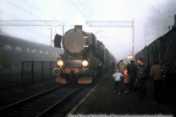 Ty2-339 ze składem pociągu Specjalnego Ostrzeszów - Namysłaki w Ostrzeszowie 15.11.1986.