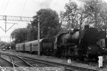 Ty2-934 na stacji Ostrzeszów, z ostatnim pociągiem pasażerskim do Namysłaków w dniu  28.05.1988.