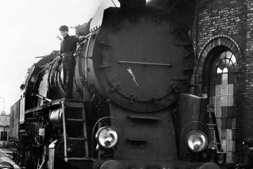 Ty51- 223 przy lokomotywowni w Rzepinie w dniu 08.09.1986. Widoczny Pan Borowski.