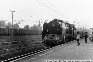Sochaczew w dniu 06.09.1986. Pt47-50 z pociągiem specjalnym wraca do Warszawy z okazji otwarcia Muzeum Kolei Wąskotorowej w Sochaczewie.