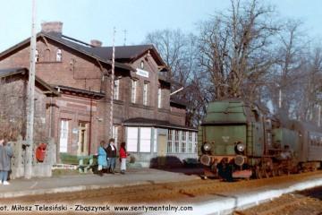 Tkt48-183 na stacji Stradomia  w stronę Oleśnicy w dniu 27.03.1990.