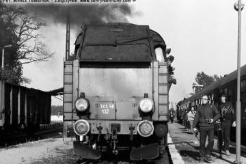 Wierzbno w dniu 03.10.1987.  Tkt-48-132 z Międzychodu do Skwierzyny, krzyżuje z pociągiem specjalnym.