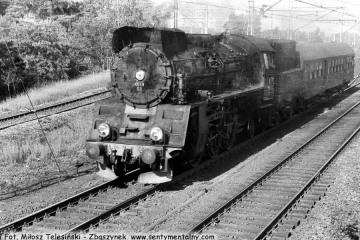 """Ol49-69 z osobowym z Sulechowa do Wolsztyna, tak zwanym """"Służbowym"""", mija nastawnię """"Chlastawa"""" w dniu 11.06.1987."""