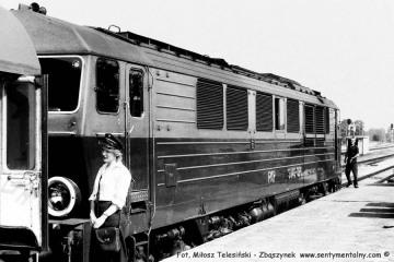 SU46-026 na stacji Żagań z osobowym dalekobieżnym Poznań - Jelenia góra w dniu 03.08.1986.