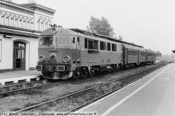 SU46-048 na stacji Żary w dniu 28.06.1990.