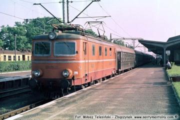 """Zbąszynek.  EP05-07 z """"Beroliną"""" latem w 1987 roku."""