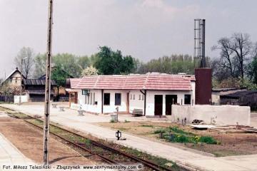 Gorzów Zieleniec w maju 1991 tuż po oddaniu nowego budynku. Tablica z nazwą stacji stoi jeszcze nie zawieszona oparta o ścianę.