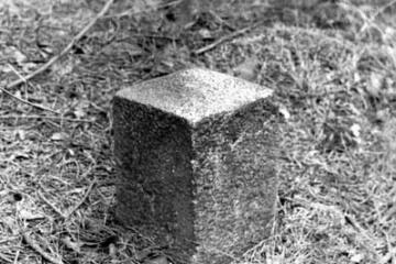 Rudnica 22.09.1987. Słupek przy końcowym odcinku w kierunku nie czynnego od 1945 roku toru do Sulęcina. Pojawiały się przymiarki odbudowy linii.